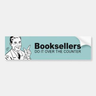 Los libreros lo hacen sobre el contador etiqueta de parachoque