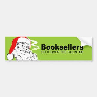 Los libreros lo hacen sobre el contador pegatina de parachoque
