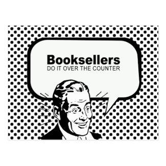 Los libreros lo hacen sobre el contador tarjetas postales