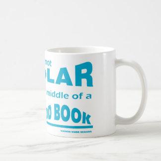 Los libros me hacen bipolar taza de café