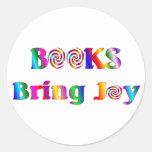 Los libros traen alegría pegatina redonda
