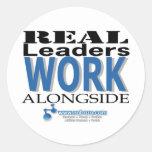 Los líderes reales trabajan al costado pegatinas redondas