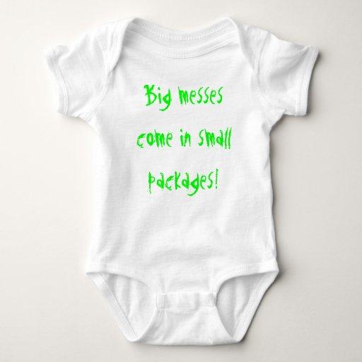 ¡Los líos grandes vienen en pequeños paquetes! T-shirts