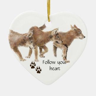 Los lobos lindos siguen su cita de motivación del adorno navideño de cerámica en forma de corazón