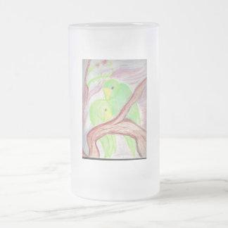 Los loros verdes helaron la taza de cerveza