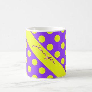 Los lunares amarillos en púrpura, añaden su nombre taza clásica