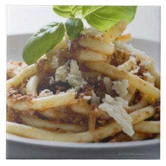 Los macarrones con pican la salsa y el queso azulejo cuadrado grande