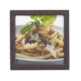 Los macarrones con pican la salsa y el queso cajas de regalo de calidad