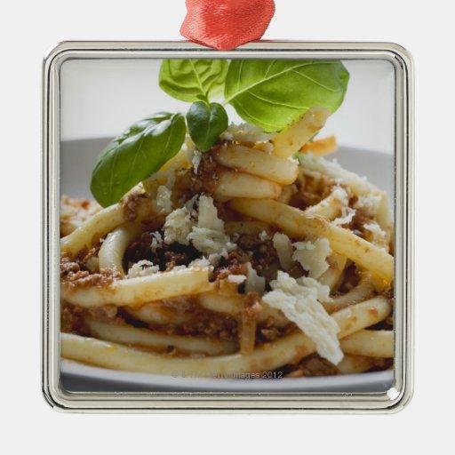 Los macarrones con pican la salsa y el queso ornamente de reyes