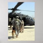Los manipuladores de perro de trabajo militares póster