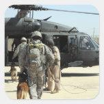 Los manipuladores de perro de trabajo militares pegatina cuadrada