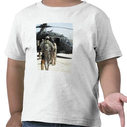Los manipuladores de perro de trabajo militares camiseta