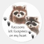 Los mapaches dejaron huellas en mi corazón, humor pegatina redonda