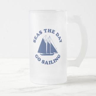 Los mares el día van a navegar taza de cristal