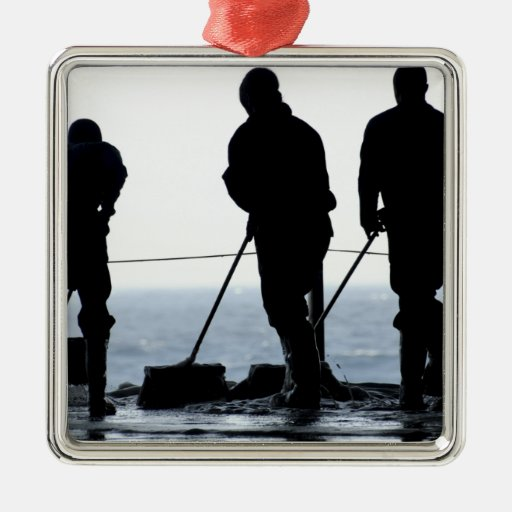 Los marineros barren hacia fuera la bahía del hang ornamento de reyes magos