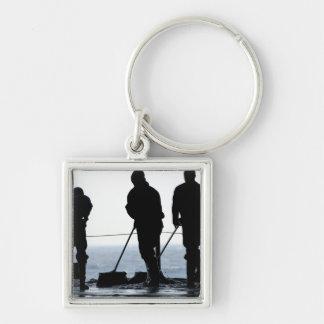 Los marineros barren hacia fuera la bahía del llavero cuadrado plateado