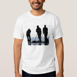 Los marineros barren hacia fuera la bahía del remera