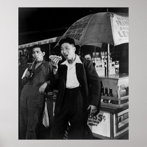 Los marineros chinos comen Junk Food, 1942 Posters