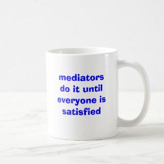 los mediadores lo hacen hasta que se satisfaga taza básica blanca
