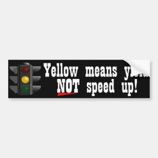 Los medios del amarillo rinden para no acelerar a  etiqueta de parachoque