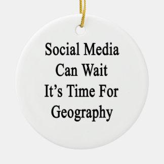 Los medios sociales pueden esperarlo son hora para adorno redondo de cerámica