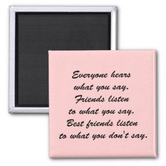 Los mejores amigos escuchan iman de frigorífico