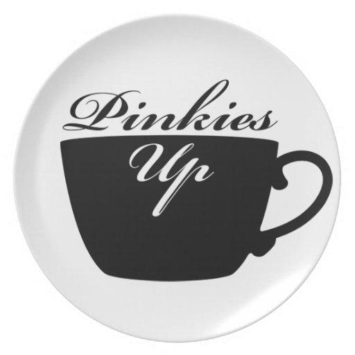 Los meñiques suben la placa de la taza de té plato de cena