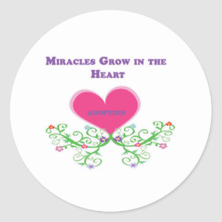 Los milagros crecen en la adopción del corazón pegatina redonda