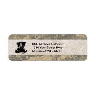 Los militares camuflan con las botas de combate de etiquetas de remite