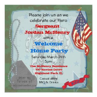 Los militares caseros agradables del héroe van de invitaciones personales
