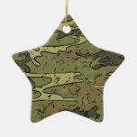 los militares del ejército camuflan los regalos de ornamentos de reyes magos