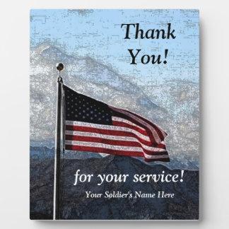 Los militares le agradecen placa