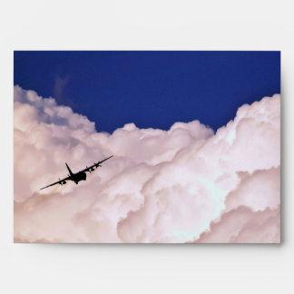 Los militares transportan el aeroplano de Shirley Sobre