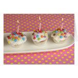 Los molletes del cumpleaños con la formación de hi felicitacion