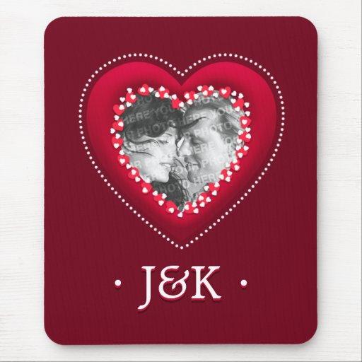Los monogramas rojos de la foto del corazón person tapete de raton
