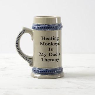 Los monos curativos son la terapia de mi papá jarra de cerveza