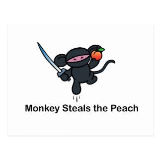 Los monos de Ninja del vuelo roban el melocotón Tarjeta Postal