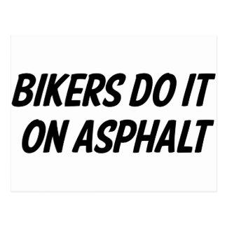 Los motoristas lo hacen en el asfalto tarjeta postal