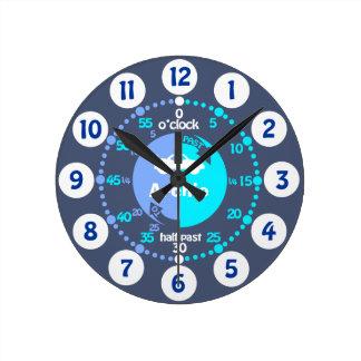 Los muchachos aprenden decir a tiempo el gris azul reloj redondo mediano