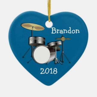 Los muchachos del batería personalizaron el adorno navideño de cerámica en forma de corazón