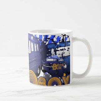 Los muchachos en azul tazas de café