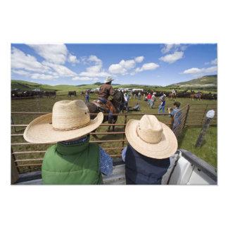Los muchachos jovenes admiten el rancho 2007 de Hu Fotografías