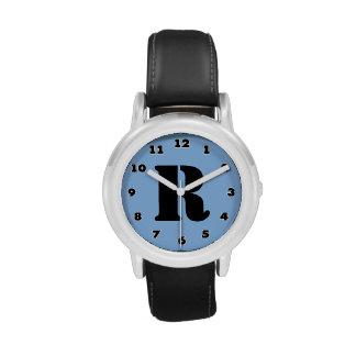 Los muchachos miran el monograma personalizado el  relojes de pulsera