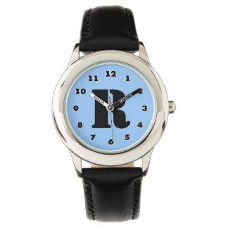 Los muchachos miran el monograma personalizado el relojes de mano
