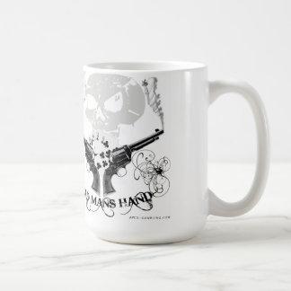Los muertos sirven la taza de café de la mano