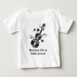 Los músicos tienen gusto de tocar el violín camisas
