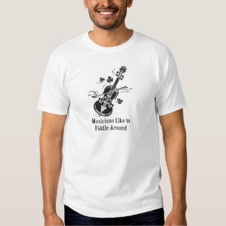Los músicos tienen gusto de tocar el violín playeras