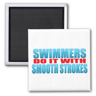 Los nadadores lo hacen con los movimientos lisos imán cuadrado