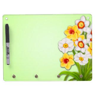Los narcisos alegres de la primavera secan al tabl pizarras blancas de calidad