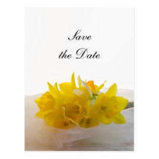 Los narcisos amarillos en el boda blanco ahorran l postales